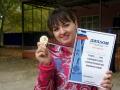 Чемпионка в соревнованиях по дартсу среди женщин